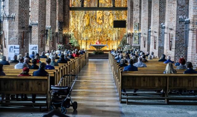 Rząd wprowadził jednak nowe obostrzenia, które będą obowiązywać w świątyniach od 27 marca do 9 kwietnia 2021 r. Zgodnie z nimi  1 osoba może przebywać na 20 metrach kwadratowych powierzchni kościoła.