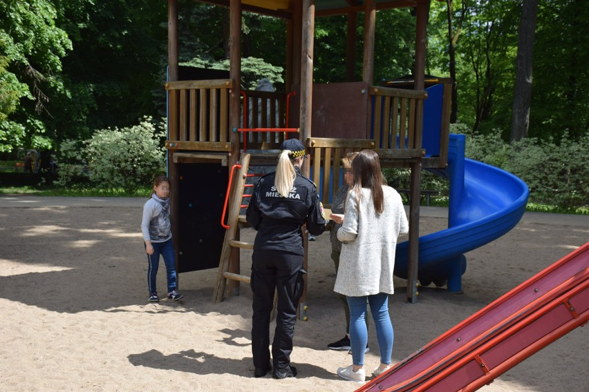 Białystok. Straż miejska edukowała dzieci i ich rodziców na placach zabaw. Jak się zachować w kontaktach z nieznajomymi?