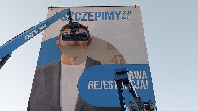 """Białystok. Mural Cezarego Pazury w ramach kampanii #SzczepimySię"""""""