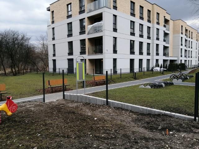 Budowa nielegalnego ogrodzenia przy blokach Lema 5, koło pętli tramwajowej