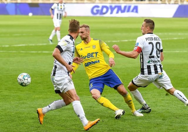 Arka Gdynia strzeliła trzy bramki i pewnie pokonała Sandecję.