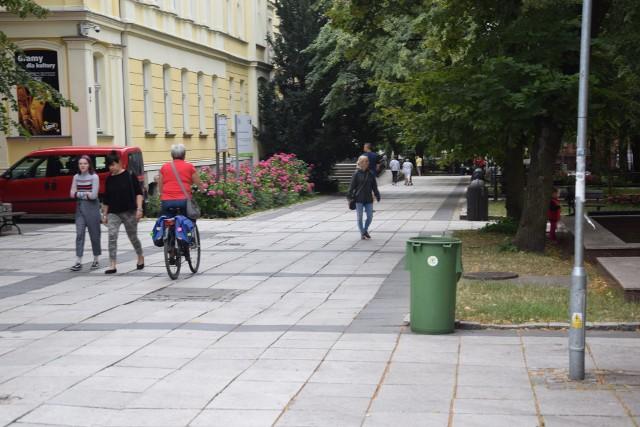 Zielonogórski deptak służy nie tylko pieszym, ale i rowerzystom.