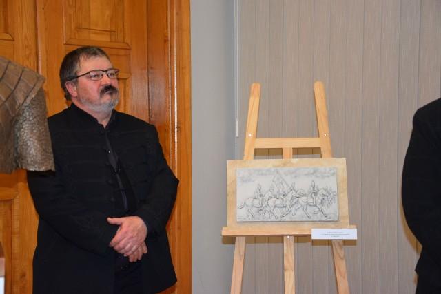 Węgierski rzeźbiarz LAJOS GYŐRFI z makietą płaskorzeźby przedstawiającej węgierskich huzarów gen. Klapki.
