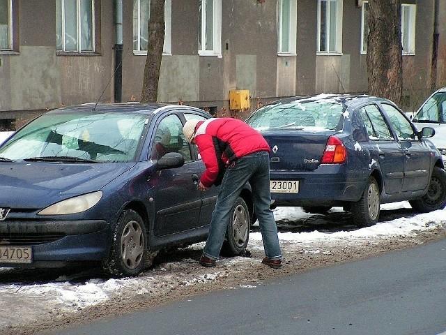 Choć liczba kradzieży samochodów w Łodzi spada rok rocznie, to wciąż jest ona zatrważająca. Jeszcze bardziej przeraża liczba odzyskanych pojazdów. W ubiegłym roku blisko 400 łodzian padło ofiarą złodzieja aut. A to oznacza, że średnio codziennie dochodziło do tego typu rabunku. Co więcej zdecydowaną większość pojazdów jak dotąd nie odzyskano!- W 2020 roku skradziono 382 pojazdy z terenu miasta, czyli o 86 mniej niż w roku poprzednim - informuje zespół prasowy Komendy Miejskiej Policji w Łodzi.Jeszcze 10 lat temu liczba kradzieży samochodów w Łodzi przekraczała tysiąc, a 15 lat temu... ponad 4 tysiące!W których dzielnicach miasta policjanci z wydziału do walki z przestępczością samochodową mieli najwięcej pracy? KLIKNIJ DALEJ