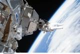 Robot pracujący na Międzynarodowej Stacji Kosmicznej trafiony kawałkiem kosmicznego śmiecia. Szkody są małe