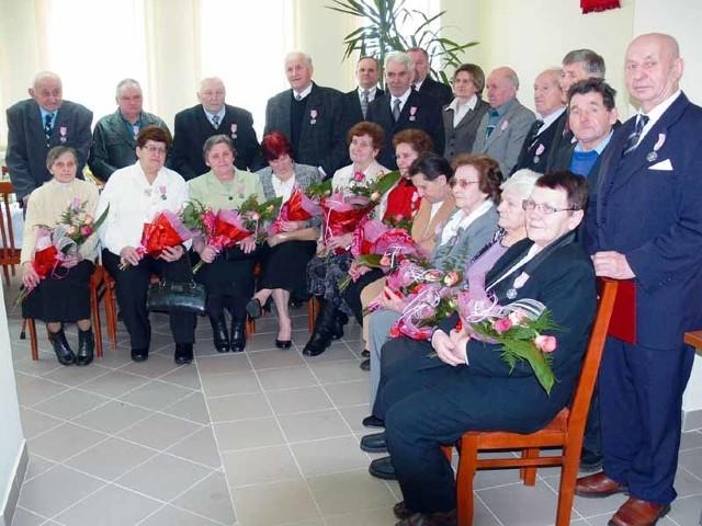 Złote Gody świętowało dwanaście par z gminy Janów. Uroczystość, podczas której jubilatom wręczono medale za długoletnie pożycie małżeńskie, odbyła się w ubiegłą niedzielę.