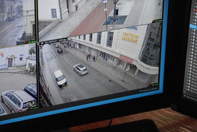 Od początku bieżącego roku straż miejska już 43 razy odholowywała auta nieprawidłowo zaparkowane na ciągu ul. A Struga i Tuwima – od al. Kościuszki do ul. Kilińskiego. Średnio to blisko jedno dziennie. Nie ma prawie dnia, żeby strażnicy nie zakładali tam blokad na koła niewłaściwie stojących  aut. Na miejskim monitoringu rejon skrzyżowania ul. Struga z Piotrkowską jest widoczny jak na dłoni. WIĘCEJ - KLIKNIJ NA KOLEJNY SLAJD