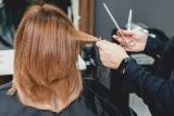 Te fryzury są niemodne! Uciekaj od fryzjera, który ci je proponuje, ale sama lepiej też się tak nie czesz [4.10.2021]