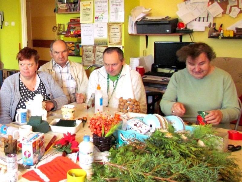 na jarmark w DPS przygotowują m.in. Marzena Zarębska, Stanisław Winiarczyk, Andrzej Zygnerski, Teresa Ramutkowska