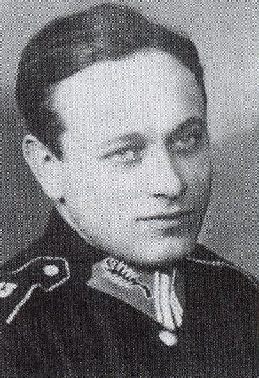 Przed wybuchem II wojny światowej major Szewczyk pełnił służbę w policji. We wrześniu 1939 roku dowodził kompanią karabinów maszynowych Policji Państwowej, która broniła mostów Poniatowskiego i Kierbedzia w Warszawie. W listopadzie 1939 r. przedostał się przez Słowację na Węgry. Stamtąd wrócił do okupowanej Polski jako kurier, aby w styczniu 1940 r. ponownie dotrzeć do Armii Polskiej tworzonej przez gen. Władysława Sikorskiego we Francji