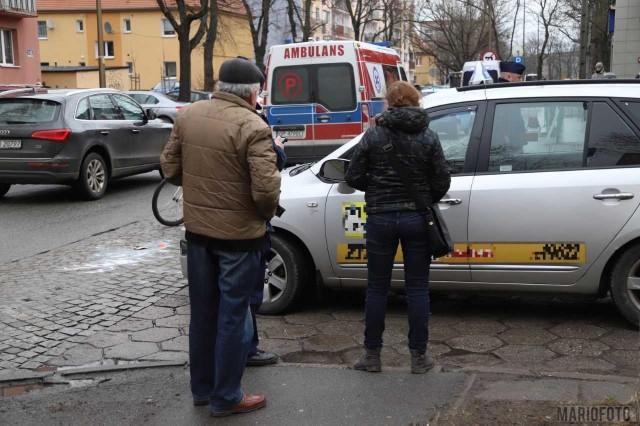 Według wstępnych ustaleń policjantów z Opola kierująca taksówką nie zachowała ostrożności podczas cofania.