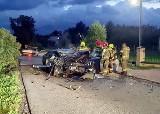 Makabryczny wypadek młodego kierowcy w Łodygowicach. Rozpędzony samochód roztrzaskał się na drzewie