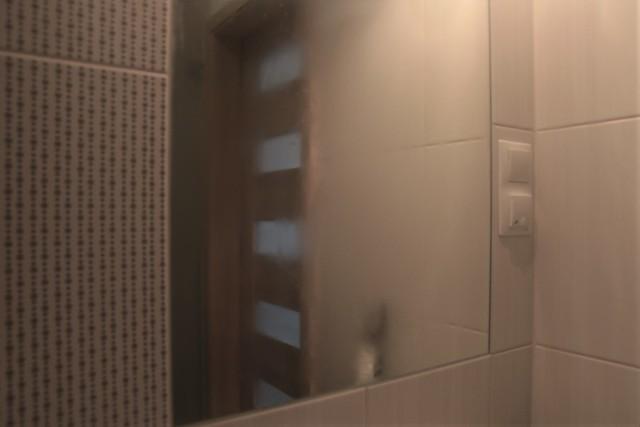 Zaparowane lustro łazienkoweŁazienkowe lustro będzie wolniej pokrywało się parą, jeśli zadbamy o odpowiednią wentylację w tym pomieszczeniu. Jeżeli jest okno w łazience, pamiętajmy o jej regularnym wietrzeniu.