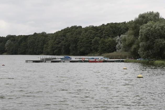 8 lipca 1996 r. płetwonurkowie badający dno Jeziora Powidzkiego natrafili na skrzynkę. W niej znaleziono kielich z 1693 roku, dwie korony i wota w kształcie serc. Przedmioty pochodzą z kościoła w Powidzu.
