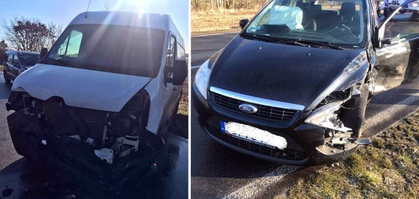 """Gmina Stara Dąbrowa. Wypadek na """"betonce"""". Bus czołowo zderzył się z osobowym fordem. Są utrudnienia w przejeździe"""