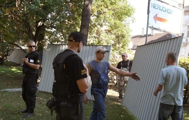 Sąd uznał, że jeśli nikt nie wycina drzew, to płoty wokół nich mogą stać