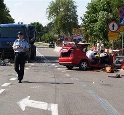 Ciężarowy MAN praktycznie nie ucierpiał podczas wypadku. Jego kierowcy nic się nie stało. Niestety czterech mężczyzn podróżujących seatem, który wjechał na ciężarówkę, zginęło
