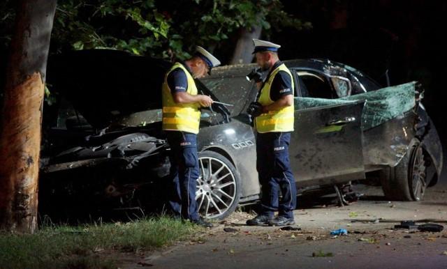 W poniedziałek, 17 sierpnia na Szlaku Bursztynowym w Kaliszu rozbił się luksusowy samochód marki Maserati. Trzy osoby zostały poszkodowane. W stanie zagrożenia życia do szpitala trafiła 21-letnia pasażerka auta. Wśród pasażerów maserati był też jeden z kaliskich policjantów.Kliknij tutaj i przejdź do kolejnego zdjęcia --->