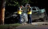 Wypadek maserati w Kaliszu. Luksusowe auto rozbite na drzewie. Kierowca usłyszał zarzuty. Ranna 21-latka walczy o życie
