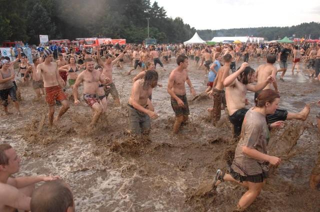 Woodstockowe zabawy w błocie.