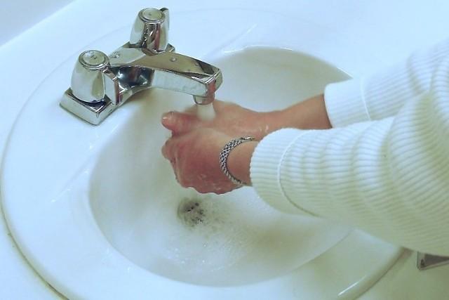 Oszczędzanie wody w domu zaczynamy od łazienkiPodczas mycia zębów, gdy nie zamykamy kranu, zużywamy 12 litrów wody, a podczas golenia - około 100 litrów. Jeżeli w tym samym czasie zamkniemy dopływ wody, zaoszczędzimy nawet 106 litrów wody dziennie.