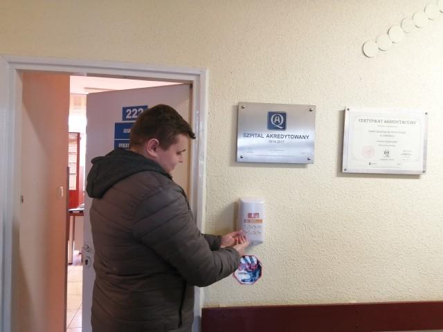 Na terenie budynków szpitalnych w Sandomierzu zamontowano dodatkowe pojemniki do dezynfekcji rąk.