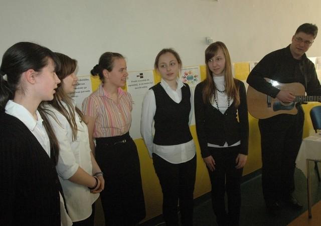 Piosenki o nietolerancji śpiewały Agata, Judyta, Dominika, Kasia i Dorota, akompaniował im Z. Wierzchowski