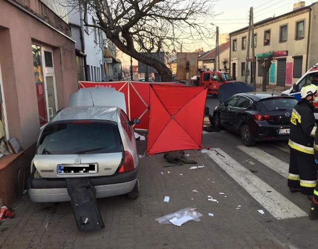 Do tragicznego wypadku doszło w poniedziałek wieczorem na skrzyżowaniu ul.Zwierzyńskiego i ul.Jagiełły w Tuszynie. Zginęła kobieta.ZOBACZ ZDJĘCIA
