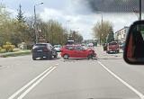 Wypadek na skrzyżowaniu ulic Poleskiej i Włókienniczej. Kobieta trafiła do szpitala po zderzeniu mitshubishi z volkswagenem [ZDJĘCIA]