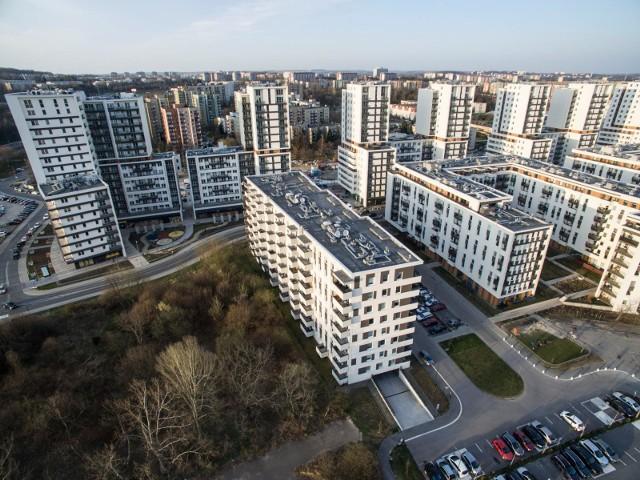 """Avia - przez lata symbol niekontrolowanej zabudowy Czyżyn, jak i całego Krakowa. Osiedle, gdzie deweloperzy starali się """"upchać"""" jak najwięcej bloków i mieszkań"""