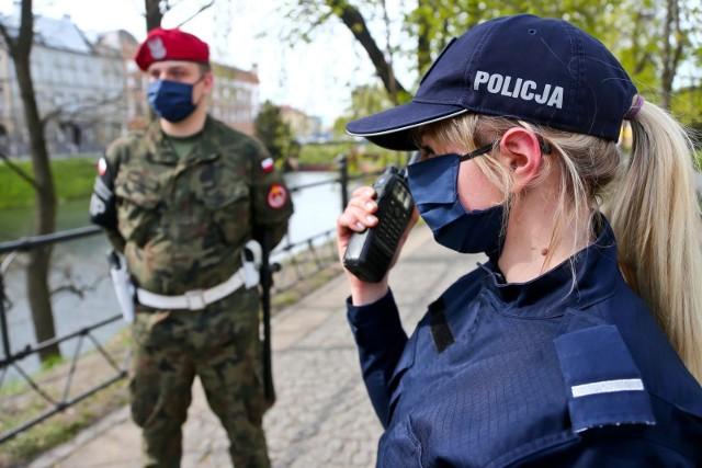 Jak dowiedziało się RMF FM, w czwartek prezydent Andrzej Duda podpisze rozporządzenie dot. wprowadzenia stanu wyjątkowego na granicy polsko-białoruskiej. Gdzie dokładnie i do kiedy będzie obowiązywać? Co oznacza w praktyce? Poznajcie szczegóły!Czytaj dalej. Przesuwaj zdjęcia w prawo - naciśnij strzałkę lub przycisk NASTĘPNE