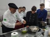 """Młodzi kucharze ze zgierskiego """"Cezaka"""" uczyli się ekogotowania pod okiem Carlosa Gonzáleza-Tejery"""