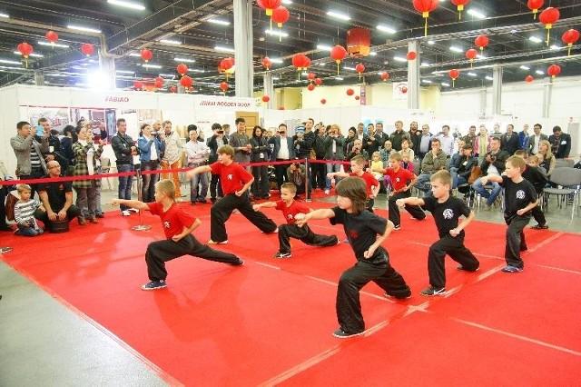 Pawilon chińskiW chińskim pawilonie w niedzielę, prezentowane były chińskie sztuki walki, między innymi w wykonaniu najmłodszych.