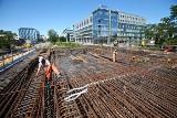 Trwa budowa Trasy Autobusowo-Tramwajowej na Nowy Dwór. Wiadukt nad ulicą Smolecką będzie gotowy w listopadzie [ZDJĘCIA]
