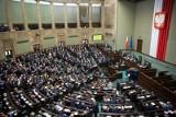 Posiedzenie Sejmu. Będzie dodatek 500 plus dla niepełnosprawnych. Sejm uchwalił ustawę. Podniesiono próg dochodowy, dzięki poprawce Kukiz'15