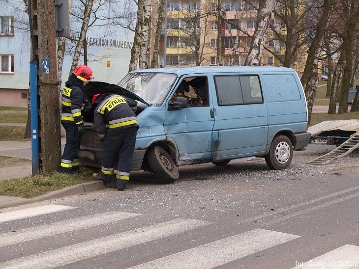Niebieski bus marki volkswagen wymusił pierwszeństwo i...