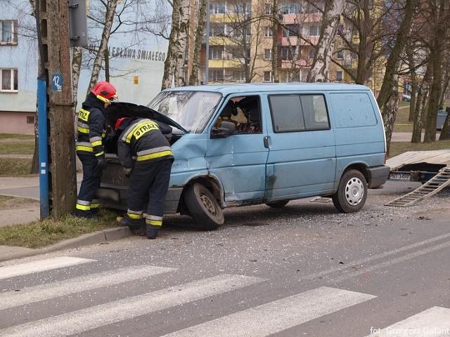 Niebieski bus marki volkswagen wymusił pierwszeństwo i zderzył się z autobusem Zakładu Komunikacji Miejskiej w Białogardzie. Do zdarzenia doszło kilkanaście minut temu na ul. Zwycięstwa, róg Bolesława Śmiałego.