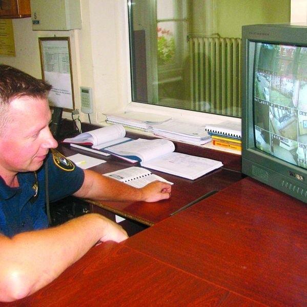 Kamery obserwują to, co się dzieje na urzędowych korytarzach oraz przed budynkiem. Czuwają przy nich strażnicy miejscy. Na zdjęciu: jeden z nich - Sławomir Topolski.