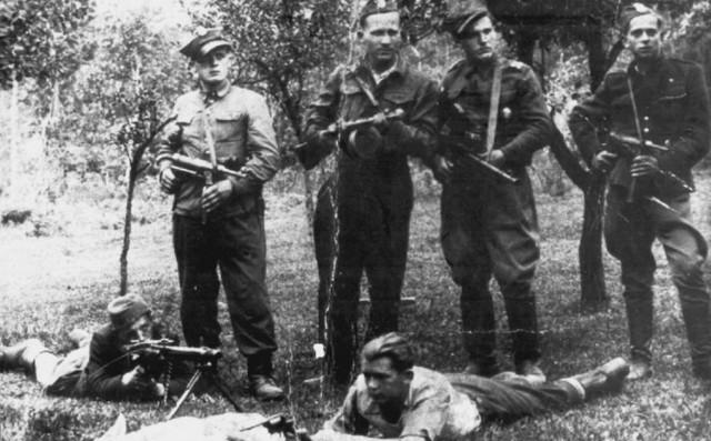 Żołnierze Wyklęci. Najpierw walczyli z hitlerowcami, a później komunistami, którzy montowali w Polsce nowy ustrój. Na Podbeskidziu najsilniejsze było zgrupowanie, którym dowodził kpt. Henryk Flame, ps. Bartek. Liczyło ponad 300  osób