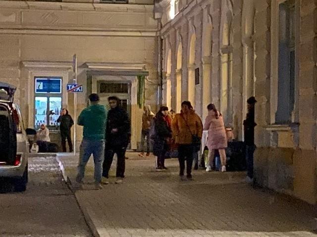 W piątek rozpoczęła się ewaluacja Ukraińców z Polski. W centrum miasta zgromadziło się setki osób. Mieszkańcy Przemyśla byli zaskoczeni takim widokiem w czasie, gdy na nich narzuca się kolejne ograniczenia w związku z pandemią koronawirusa.