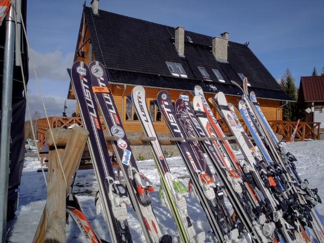 Najczęstsze narciarskie urazy to naciągnięcia i zerwania więzadeł, oraz złamania dolnych i górnych kończyn.