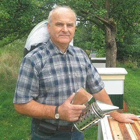 Edward Łyba. 60 lat, żonaty, ma córkę i syna, dwóch wnuków i wnuczkę. Hobby: pszczelarstwo i informatyka.