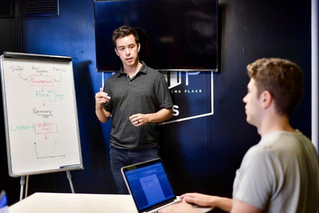 Nauka klasie o profilu cyberbezpieczeństwo i nowoczesne technologie informatyczne umożliwi uczniom zdobycie wiedzy i kompetencji z obszaru współczesnych zagrożeń cyfrowych, zarządzania ryzykiem w zakresie cyberbezpieczeństwa, bezpieczeństwa systemów informacyjnych oraz kryptograficznych aspektów ochrony danych