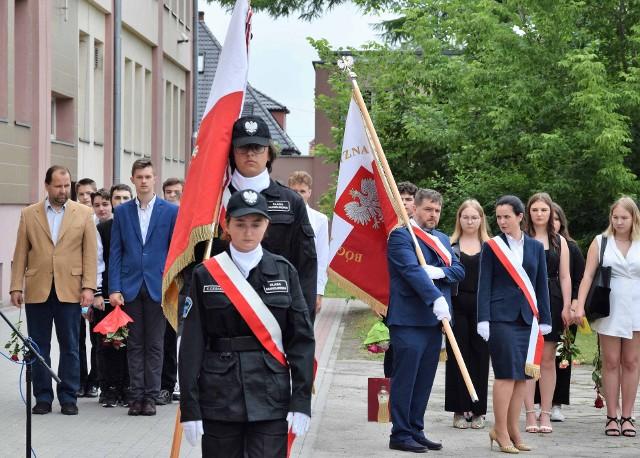 Uroczystość zakończenia roku szkolnego 2020/2021 odbyła się także w Zespole Szkół Chemiczno-Elektronicznych w Inowrocławiu. W jej trakcie szkoła otrzymała nowy sztandar ufundowany przez rodziców