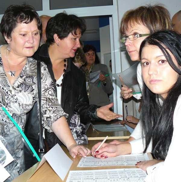 Halina Franecka-Kolonko i Mirosława-Tarkiewicz (z lewej) przyjechały na zjazd z Niemiec. Z pomocą Pauliny Konstanty oraz nauczycielek Małgorzaty Sokół i Kamili Kuźnar-Zakaszewskiej bez trudu odnalazły się na liście.