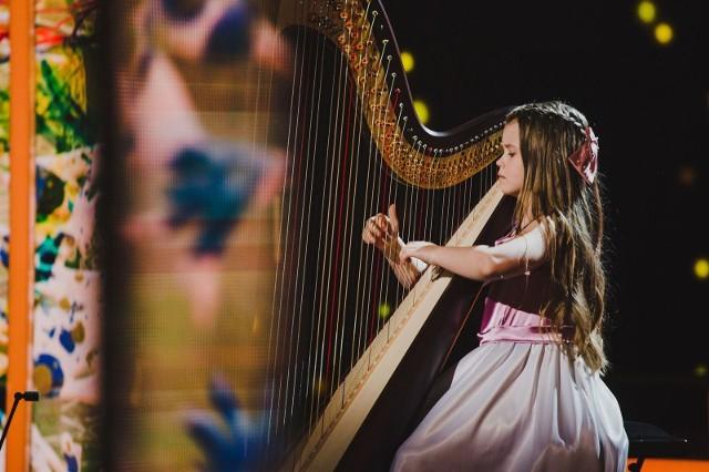 W tej edycji konkursu Polskę reprezentuje dwóch młodych i bardzo utalentowanych muzyków: grająca na harfie 9-letnia Zarina Zaradna z wielkopolskiego Przeźmierowa (na zdjęciu), jak również 14-letni akordeonista Dawid Siwiecki, mieszkający w miejscowości Krzywe na Podkarpaciu.