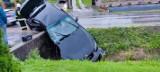Wypadek w Sułoszowej. Samochód wpadł do rowu, zatrzymał się na betonowym przepuście. Jest osoba ranna