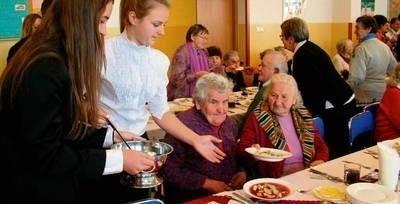 Do stołu podawały tradycyjnie wolontariuszki - uczennice Gimnazjum im. św. Brata Alberta FOT. BARBARA ROTTER-STANKIEWICZ