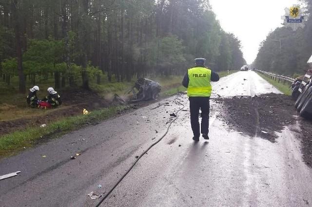 Policjanci z Człuchowa wyjaśniają okoliczności tragicznego wypadku, do którego doszło w niedzielę (21 czerwca) na drodze krajowej nr 25 w pobliżu Rzeczenicy.