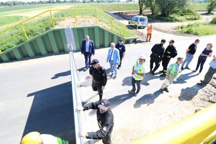 Podczas częściowego odbioru technicznego strażacy sprawdzali możliwość montażu przegród łączących dwie części wału na drodze powiatowej, które będą zakładane, gdy miastu zagrozi powódź.